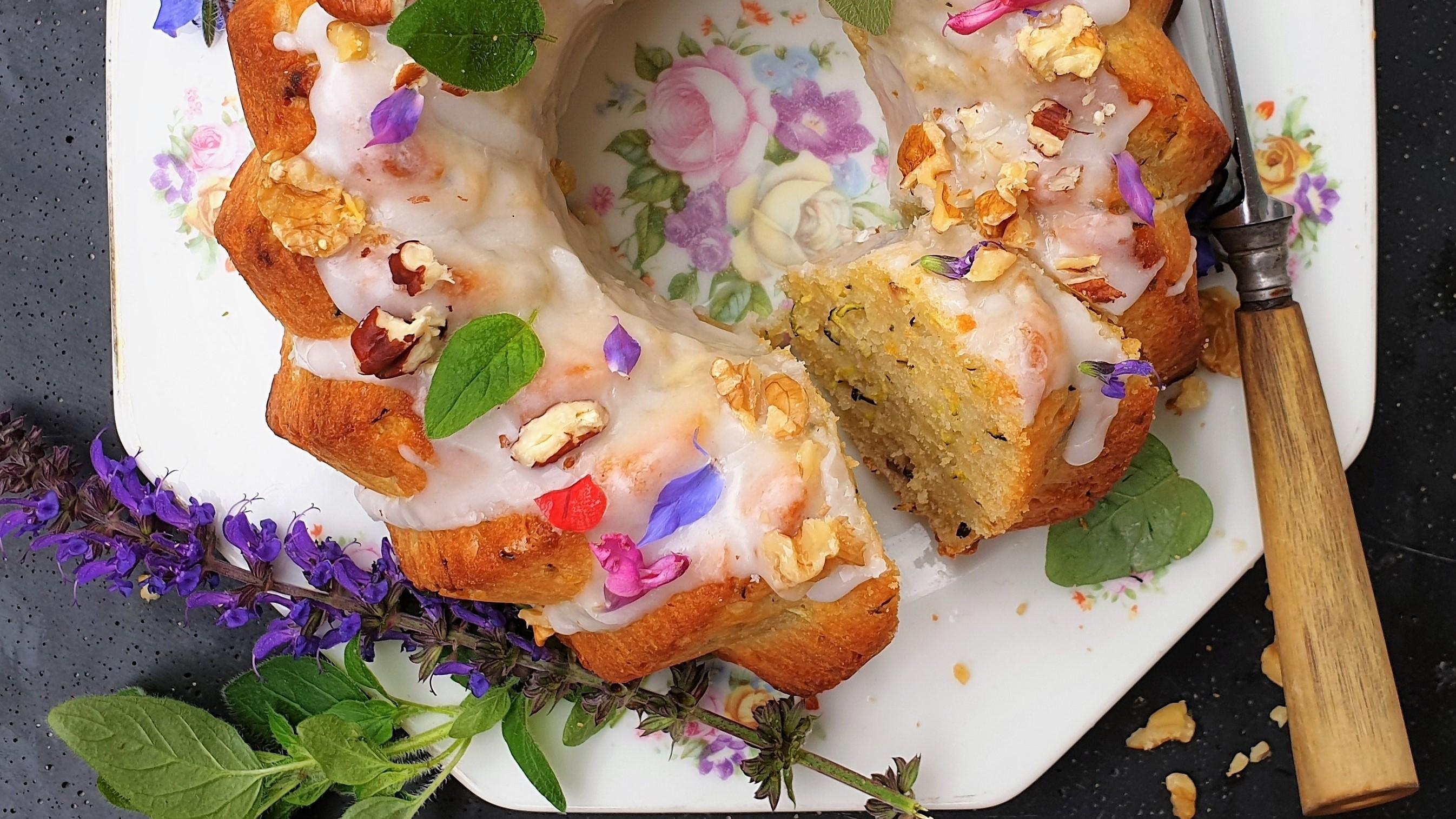 Zomertulband met courgette, yoghurt en eetbare bloemetjes