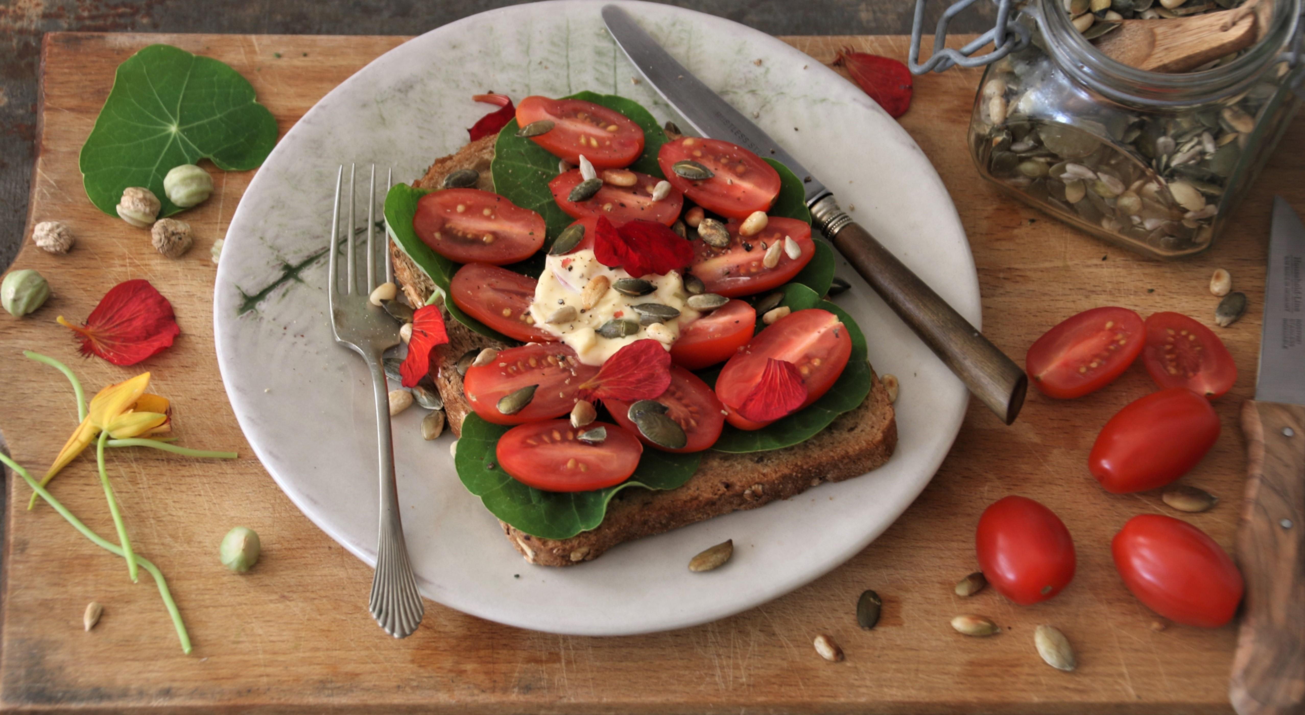 Broodje tomaat, Oost-Indische kers met  plantaardige mayonaise