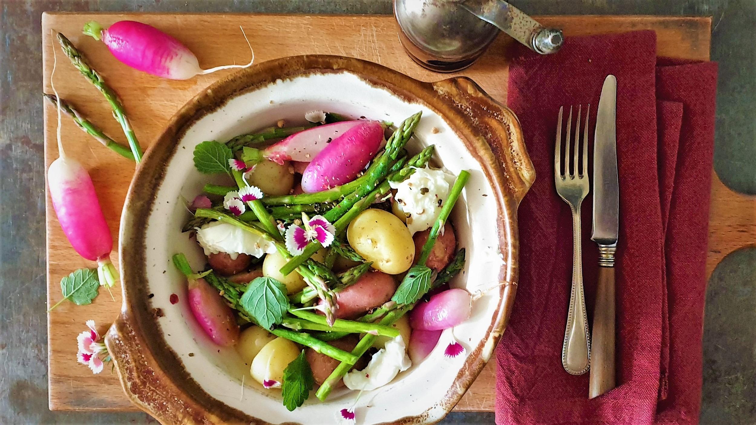 Lauwwarme groentesalade met mozzarella en Dianthus
